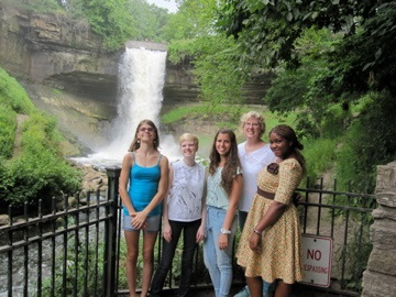 Mary Armstrong and her daughters Esther, Katherine,  Nayera (from Israel) and Trustee (from Ghana) at the Minnehaha Falls (Minneapolis, MN)
